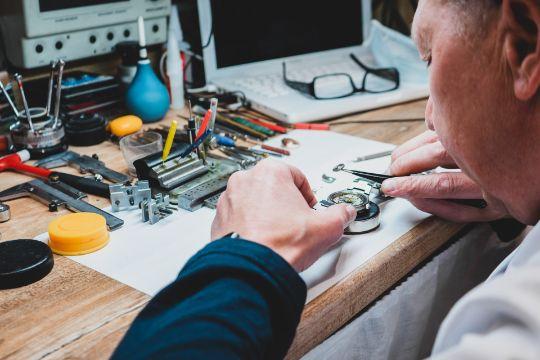 мастер по ремонту и реставрации часов
