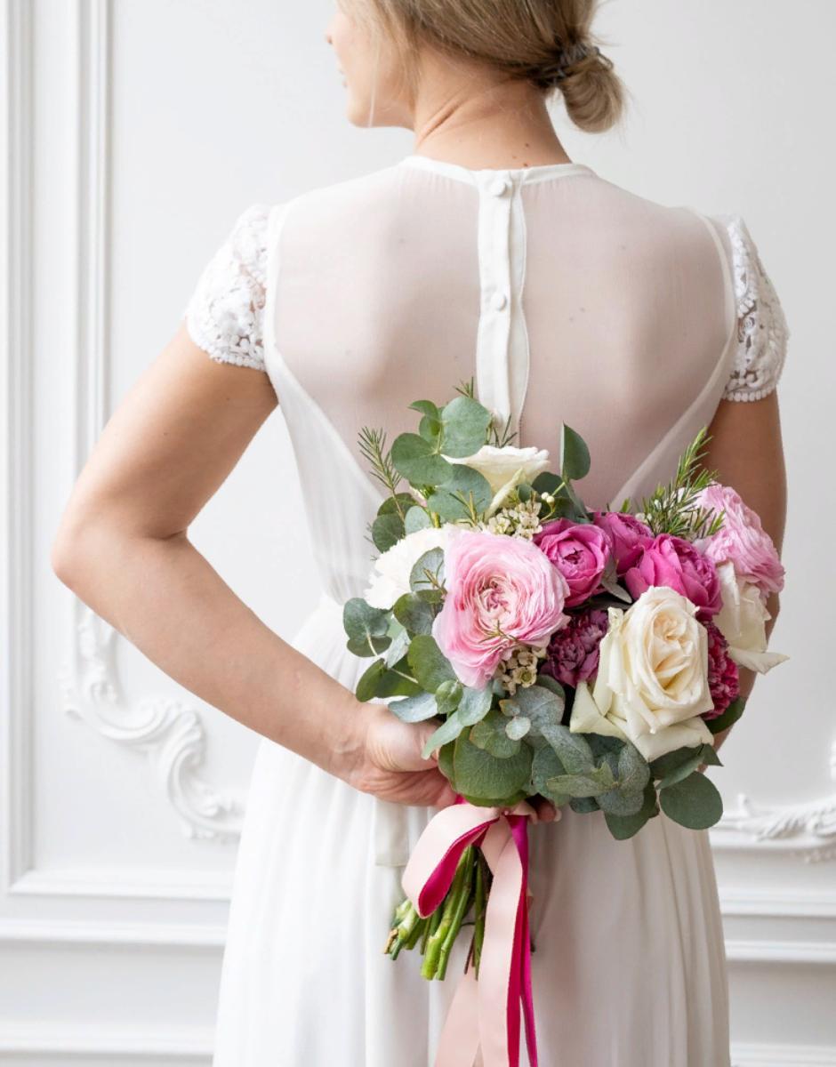 картинка Яркий букет невесты с ранункулюсами от магазина Одежда+