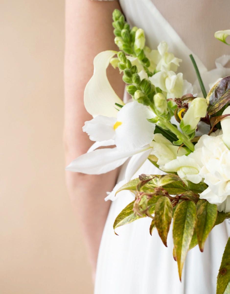 картинка Букет невесты с ирисами от магазина Одежда+