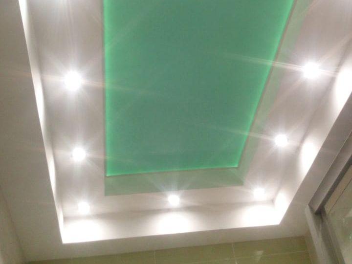 Натяжной потолок в ванную