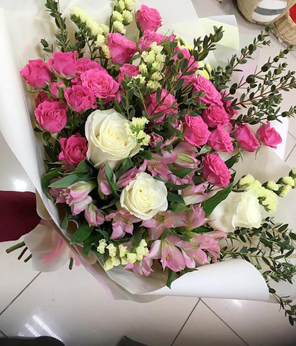 Микс из малиновых и белых роз