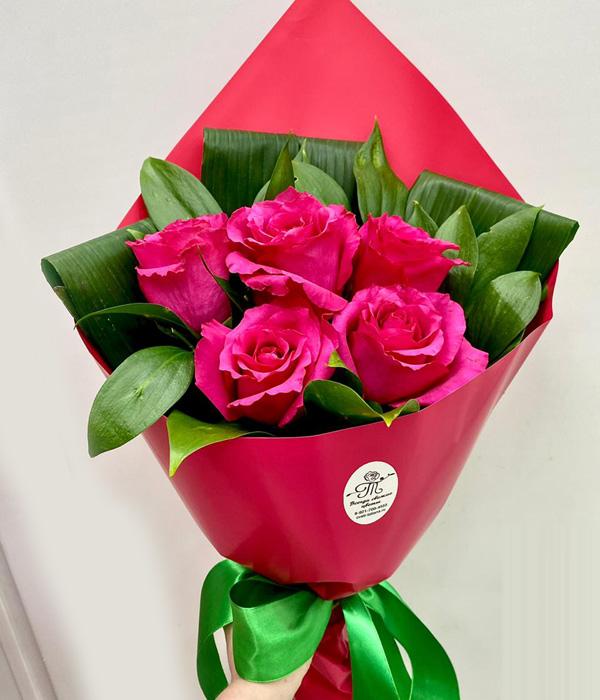 Букет дня из 5 роз с аспидистрой