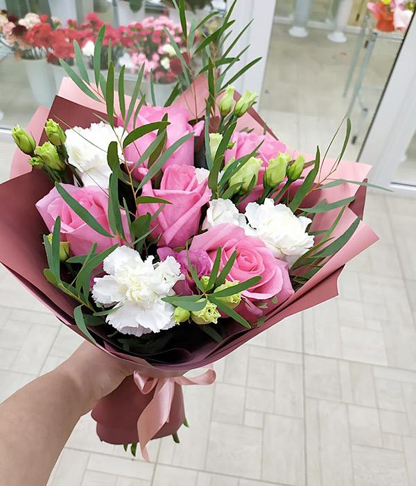 Микс с розовыми розами и белыми гвоздиками