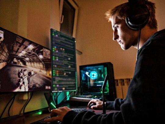 геймер, парень за компьютером