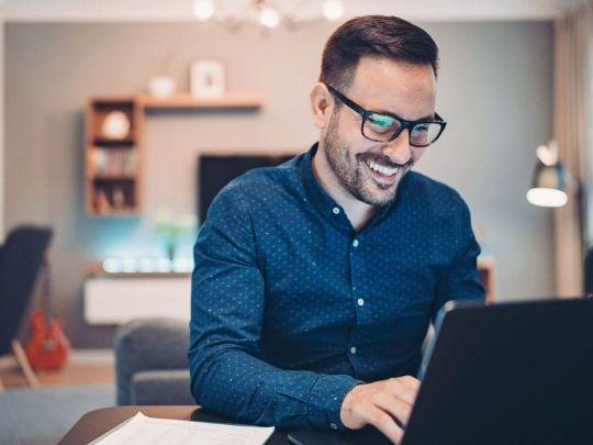 мужчина в компьютерных очках