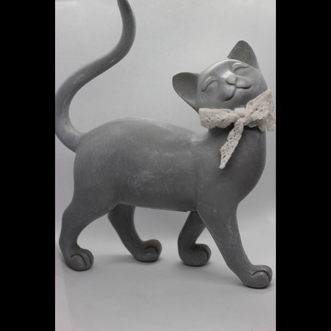 Серая кошка с хвостом