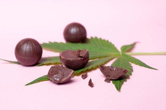 конфеты и лист марихуаны
