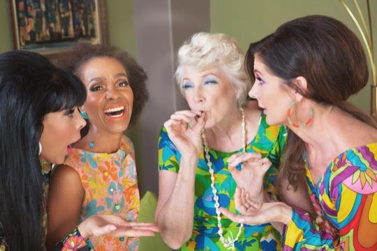 Женщины курят косяк марихуаны
