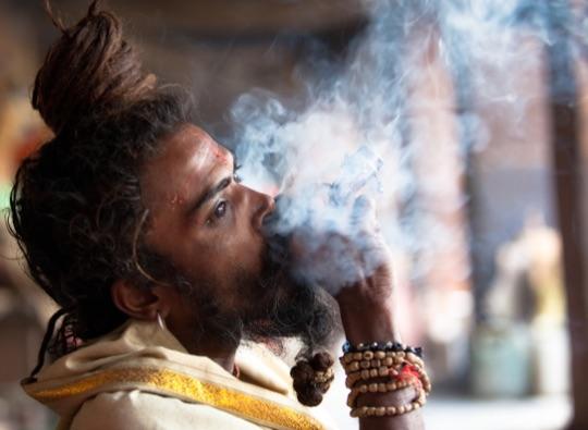 Курящий садху