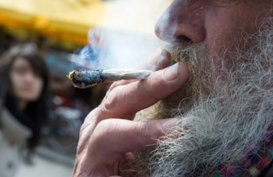 Мужчина в возрасте курит