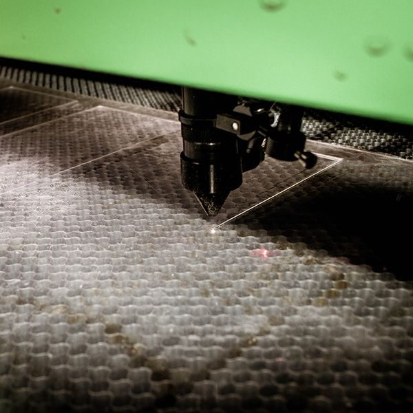 Производим гравировку и раскрой оргстекла на лазерном станке