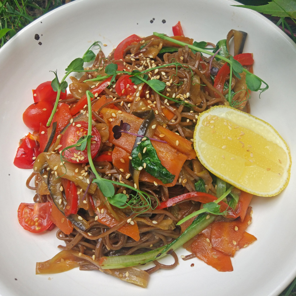 Гречневая лапша с соте из овощей