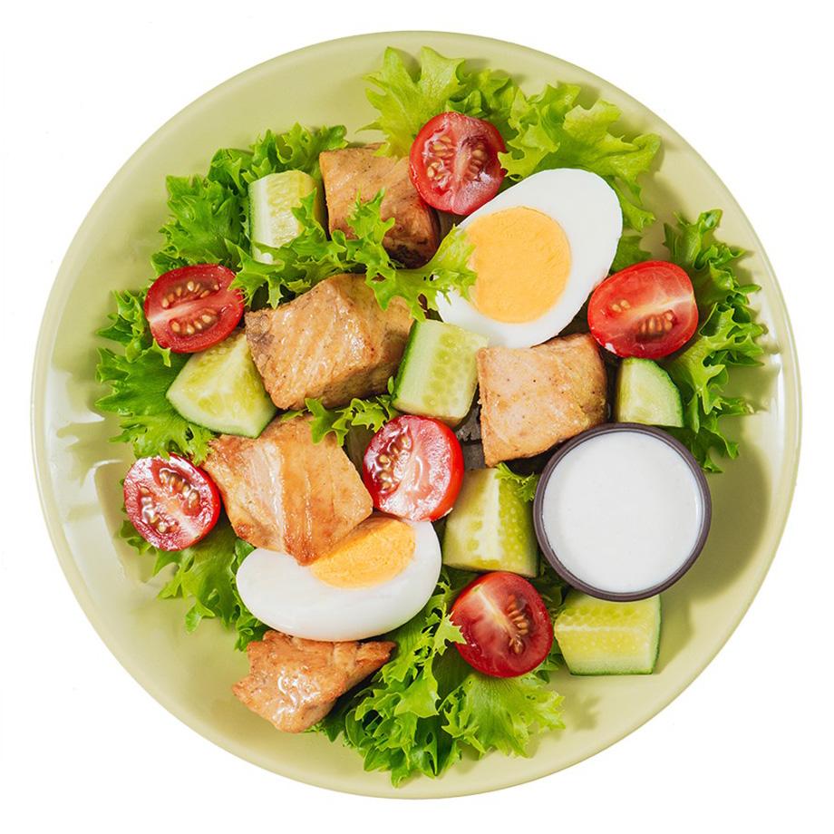 Салат «Кето» с форелью, яйцом и йогуртовым соусом