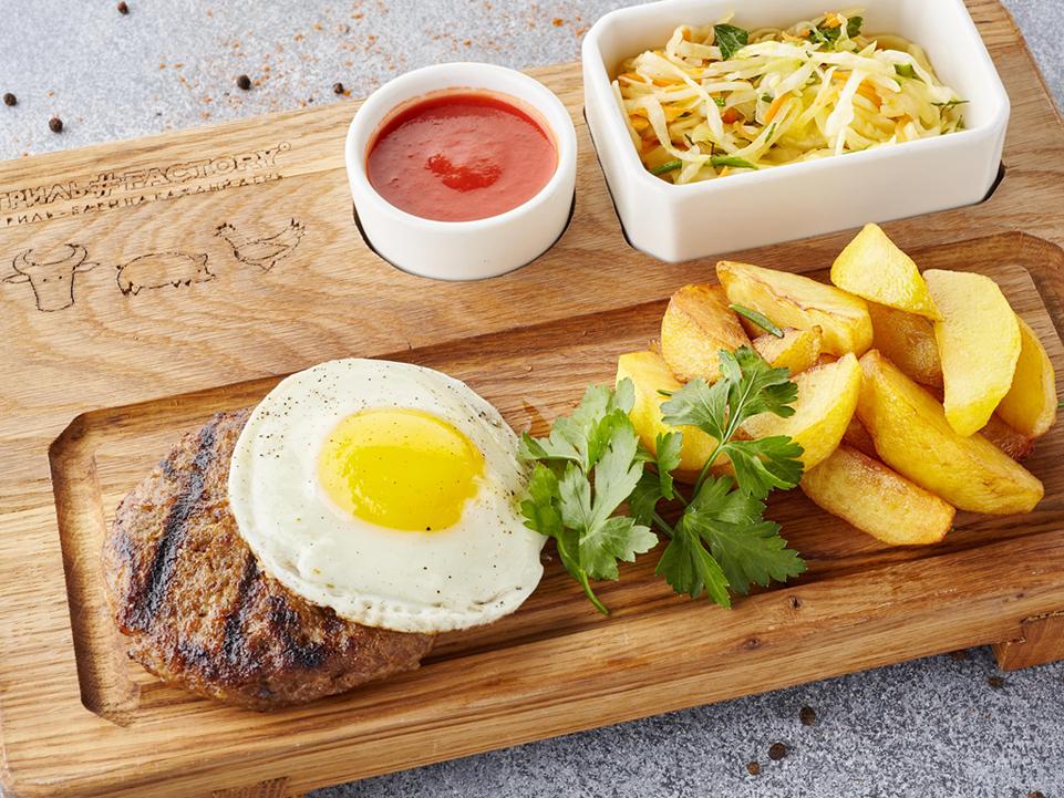 Фото Бифштекс на гриле с глазуньей, запечённым картофелем и аджикой  Гриль#Factory