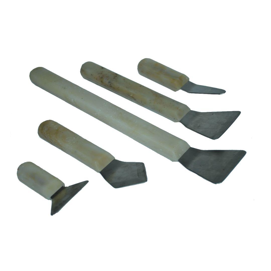 Шпатель ГУСЬ большой 09 Ширина рабочей части 75 мм, длина рабочей части 65 мм, два гиба, материал – матовая нержавеющая сталь 2 мм с титановым покрытием. Основной удлиненного шпателя с освобождением для руки, имеет два гиба. Применяется для фиксации полотнищ в профиле, расположенном в нише за оконным карнизом, позволяет не цеплять рукой элементы конструкции.