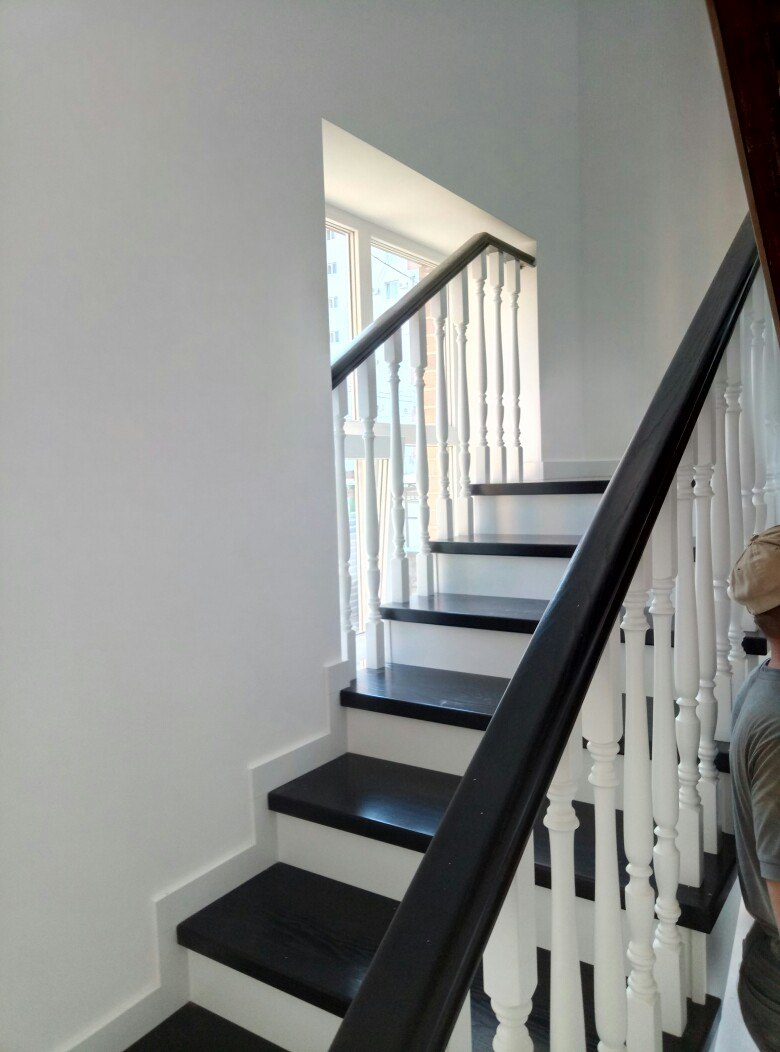 Белая лестница , белые подступенки, светлый марш на 2 этаж