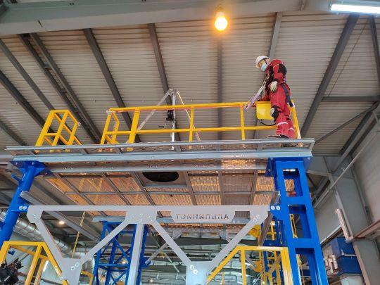 На производственной площадке Быстринского ГОКа смонтирован учебно-тренировочный полигон «Альпинист». Он предназначен для отработки практических навыков обеспечения безопасности при проведении работ. Об этом сообщили в пресс-службе компании. <br> <br>Комплекс оснащен имитированной деревянной опорой ЛЭП, на которой отрабатываются подъём и спуск, приёмы безопасной работы на высоте, а также вертикальной лестницей с анкерной системой «лифт» для крепления человека при подъёме на высоту и спуске. Также на нем есть имитация мачты связи и наклонного ската кровли со стационарной и мобильной анкерными линиями для фиксации и безопасного перемещения сотрудника. Кроме того, здесь смонтировано замкнутое пространство для отработки навыков эвакуации