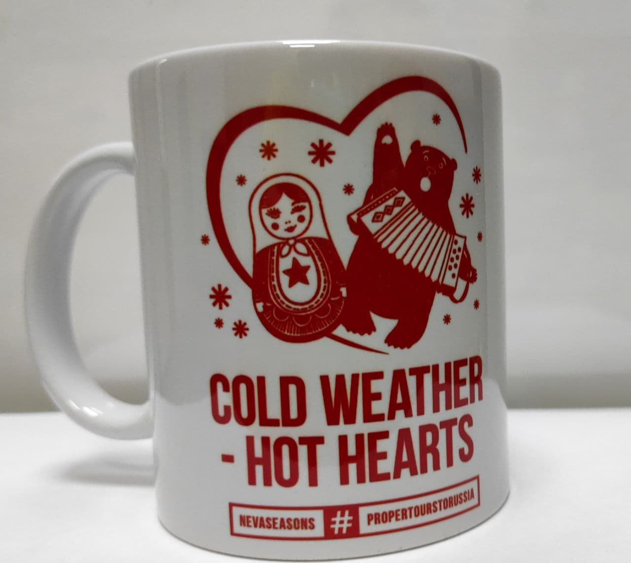 """Белая кружка с красным принтом """"Сold weather & warm hearts"""""""