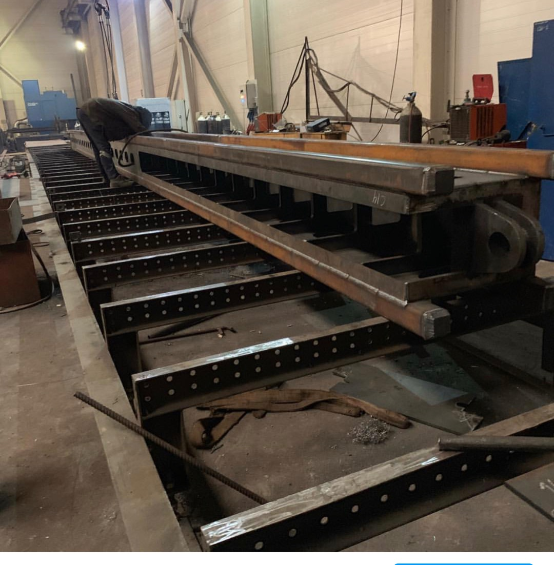 Стрела сваебойный установки PVE в процессе ремонта