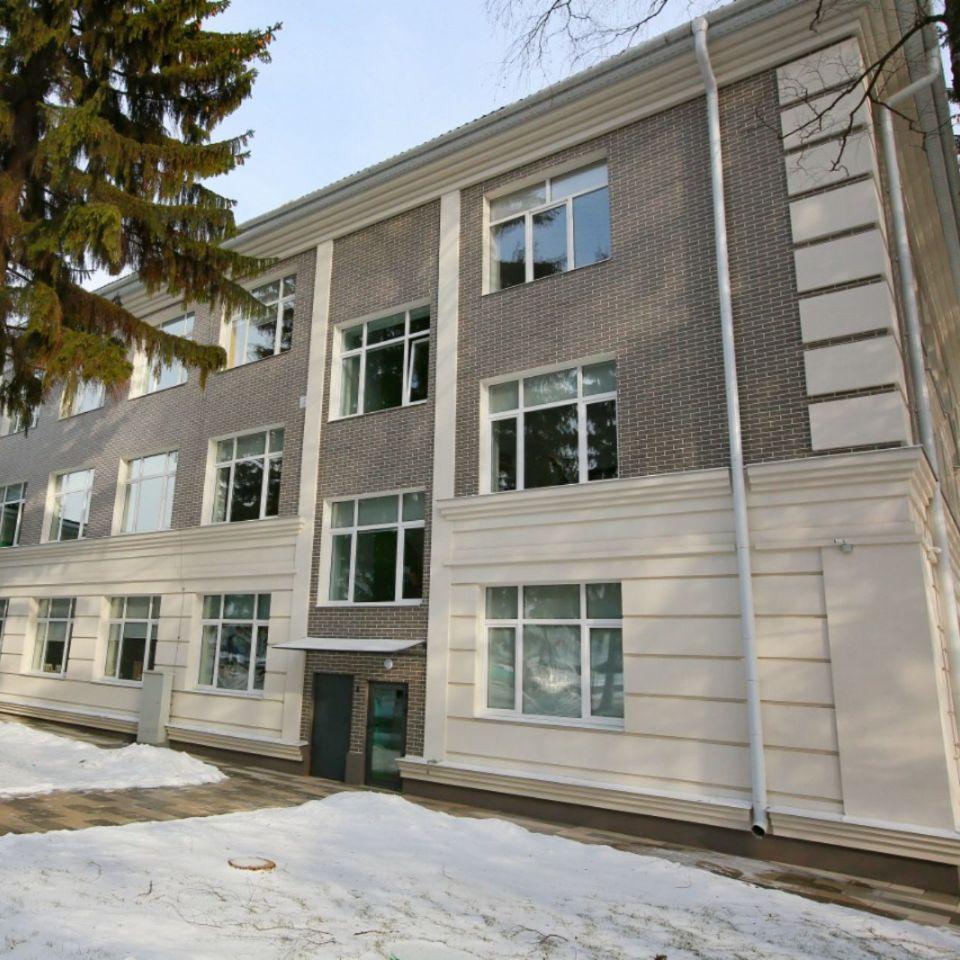 АМК на фасаде техникума в Белгородской области