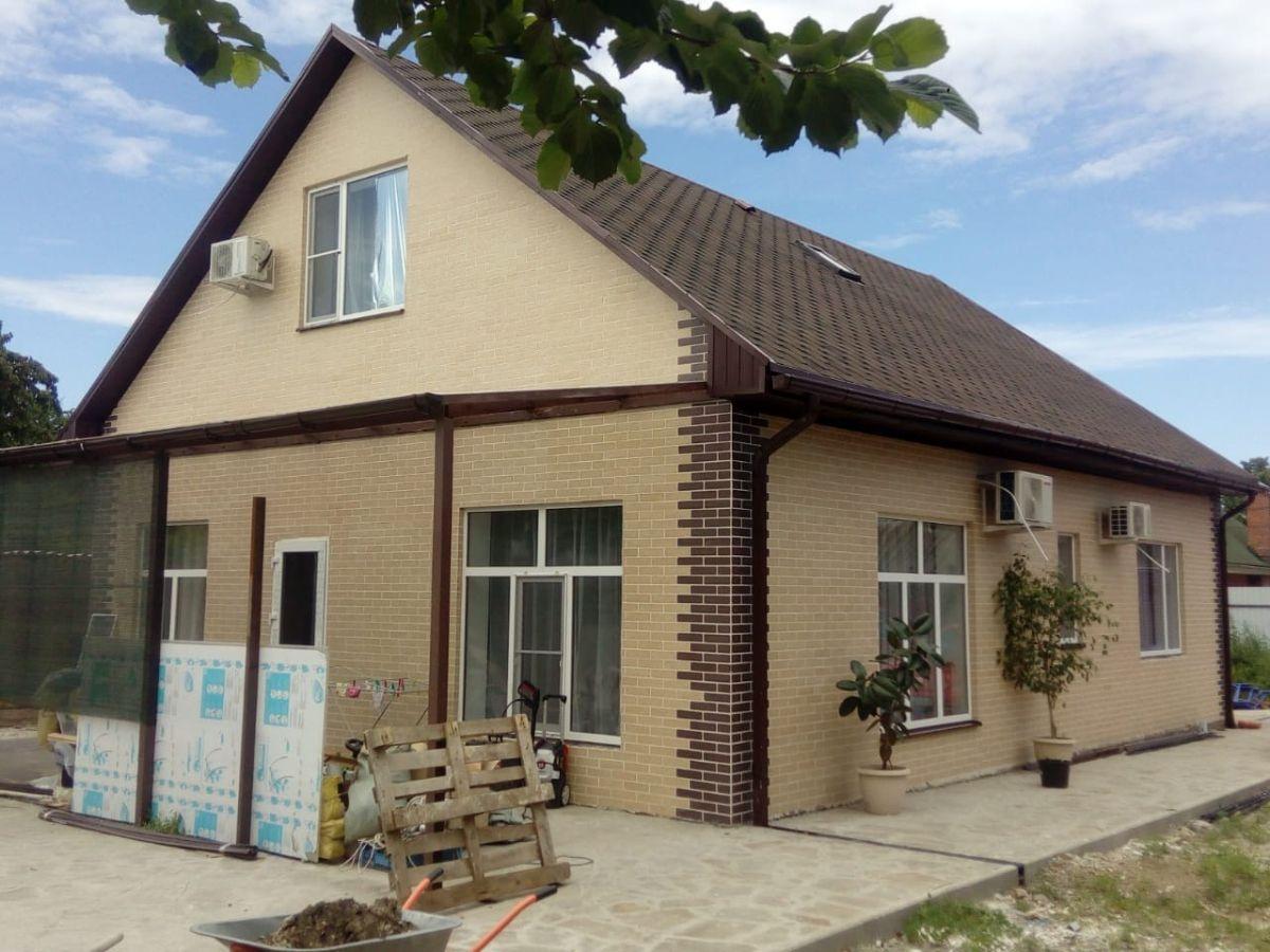 Декоративное покрытие АМК под кирпич на индивидуальном доме из газобетона цвет 102 с декоративными элементами цвета 302