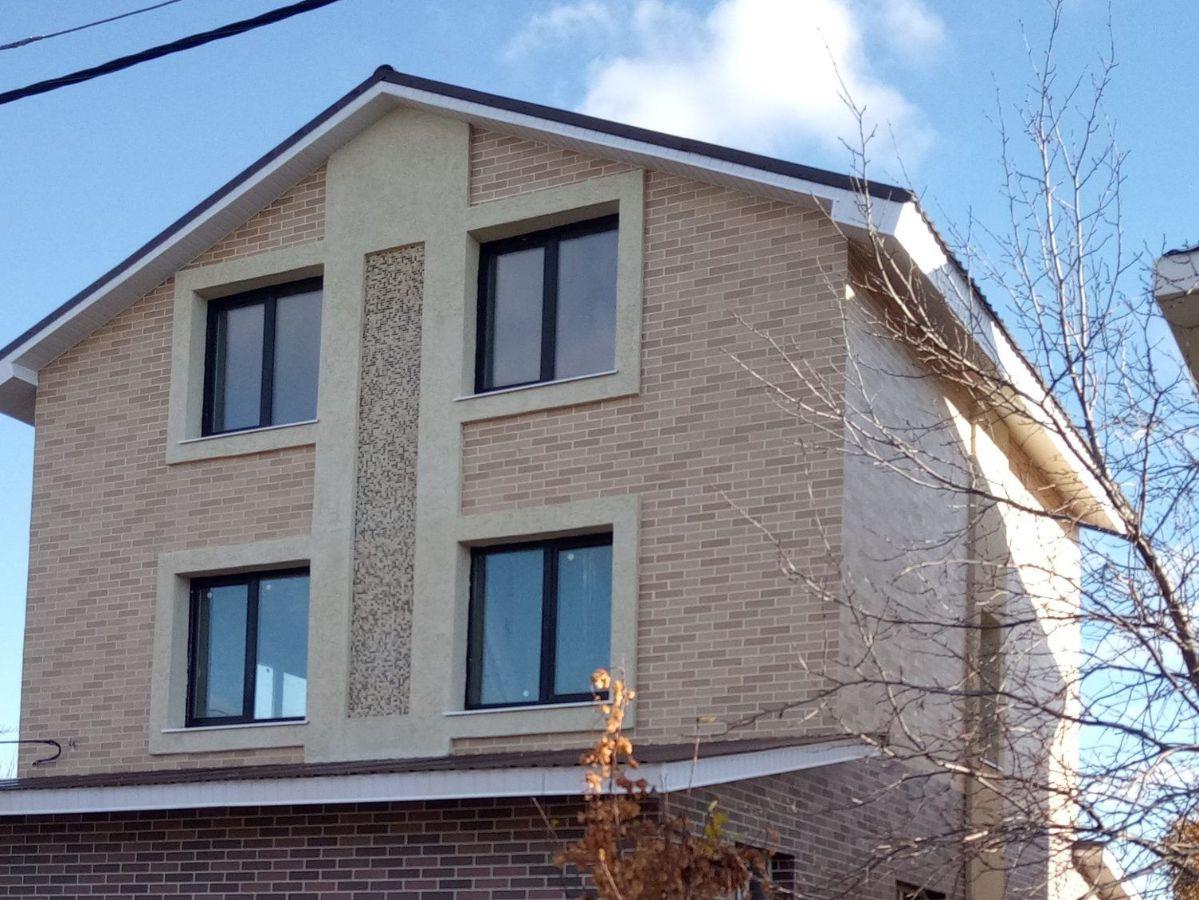 Декоративное покрытие АМК на индивидуальном доме кирпич цвет МИКС 100 в сочетании с декоративной штукатуркой