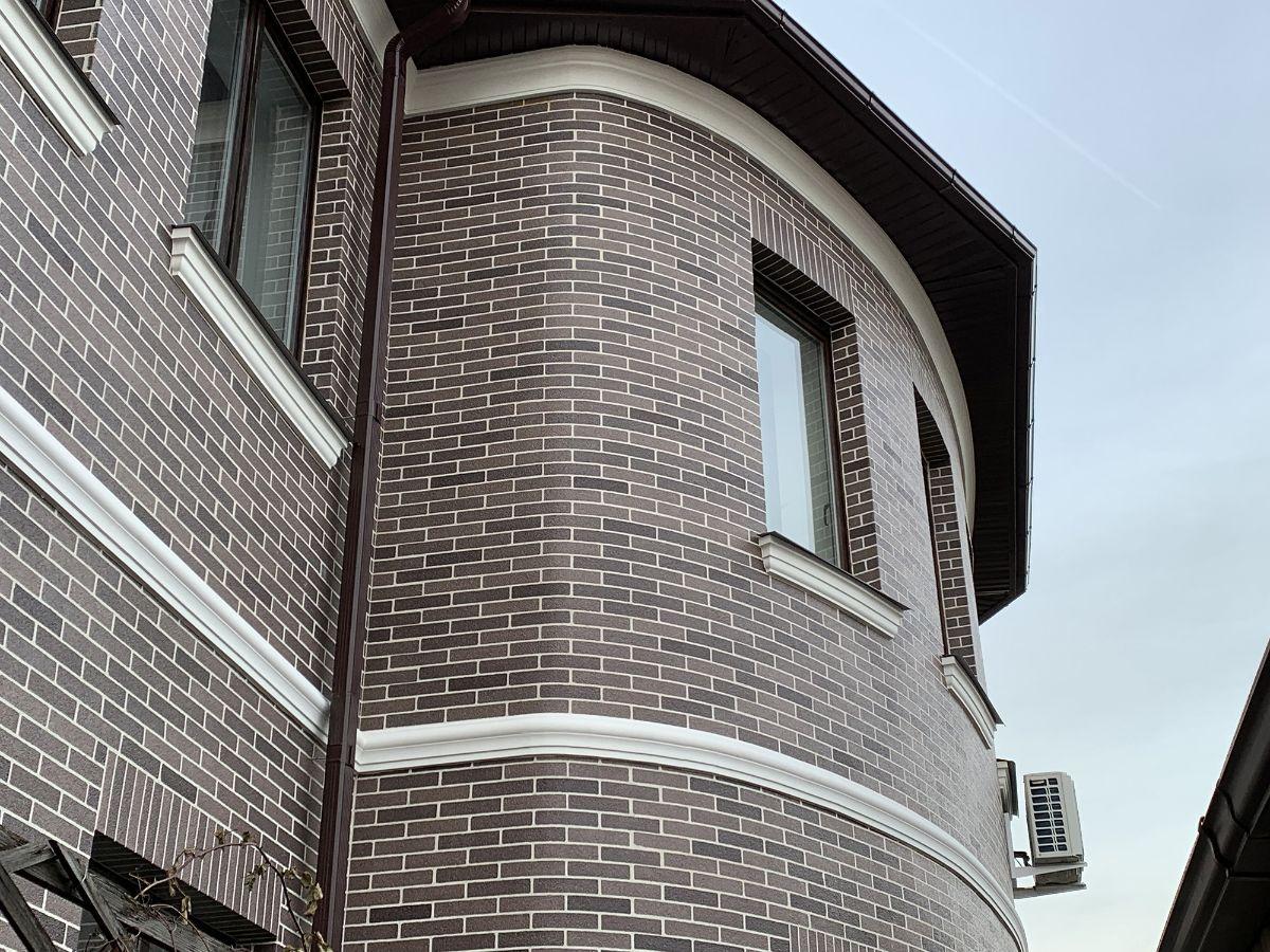Фасад АМК кирпич цвет Микс 410. Декоративное покрытие удобно использовать практически на любых полукруглых элементах фасада.