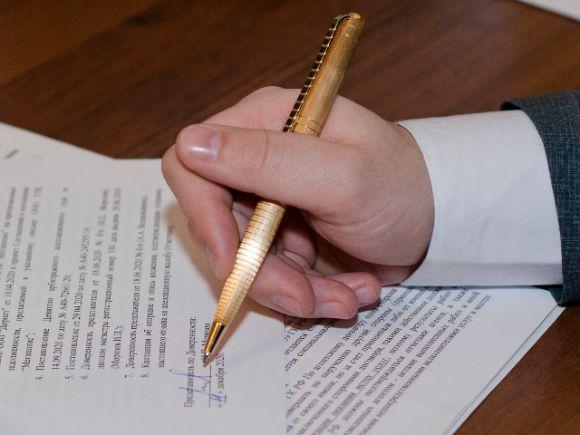 В рамках работы с юридическими документами осуществляем составление исковых заявлений, жалоб, ходатайств, кассационных жалоб, доверенностей, проверяем учредительные и нотариальные документы.