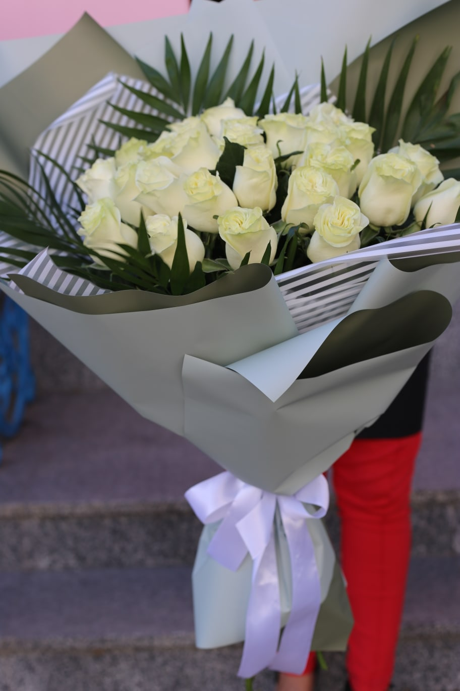 25 белых роз 60 см